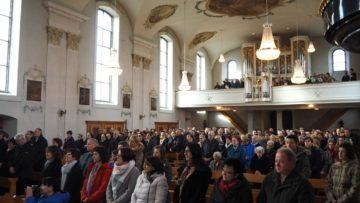 350 bis 400 Gläubige aus den fünf Pfarreien feierten die Pastoralraumerrichtung in der Kirche Mariä Geburt in Sins. | © Anne Burgmer