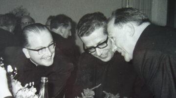 Ab 1965 waren Brugg und Windisch eine Kirchgemeinde mit zwei Pfarrern (von links): Eugen Vogel, Lorenz Schmidlin (Pfr. von Brugg) sowie Josef Studiger, Präsident der Kirchenpflege, am Festbankett. | © Archiv Eugen Vogel