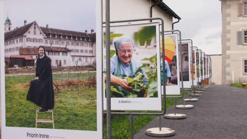 17 Benediktinerinnen aus dem Kloster Fahr haben der Autorin Susann Bosshard-Kälin aus ihrem Leben erzählt. Die Porträts von Christoph Hammer zieren Plakate, die noch bis Ende Oktober im Klosterhof ausgestellt bleiben. | © Andreas C. Müller