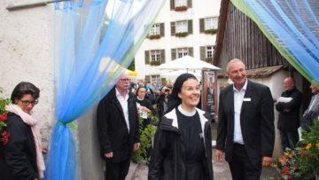 Freude über die soeben eröffnete Plakatausstellung bei Priorin Irene Gassmann. | © Andreas C. Müller