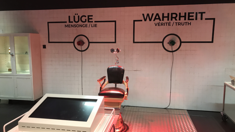 Auch ein Lügendetektor erwartet die Besucherinnen und Besucher der neuen Stapferhaus-Ausstellung «Fake. Die ganze Wahrheit.» | © Andreas C. Müller