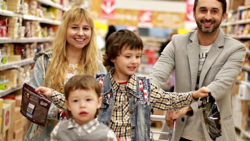Gerade in der Vorweihnachtszeit erfahren arme Menschen besonders, dass sie von der Konsumgesellschaft ausgeschlossen sind. Dagegen will der Fair Friday ein Zeichen setzen: Im vergangenen Jahr flossen 35 000 Franken an Caritas Westschweiz. | © pixabay / Victoria Borodinova