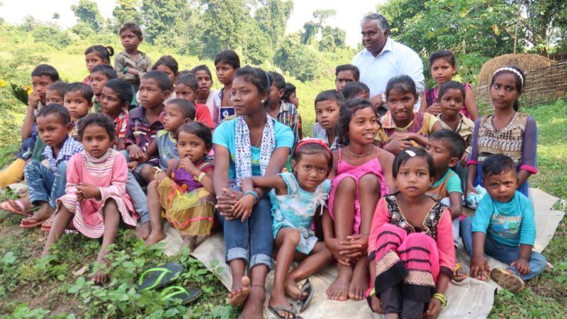 Ein Lächeln auf dem Gesicht der Adivasis ist für Father Caesar Henry die schönste Bestätigung für seinen Einsatz. Die Adivasis leben im Nordosten Indiens, im Bundesstaat Assam. Viele leiden an Armut und sind sozial geächtet. Dank eines Fastenopfer-Projekts konnten sie wieder am gesellschaftlichen Leben teilnehmen und ihre Ernährung sichern. | © Daniel Wiederkehr/Fastenopfer