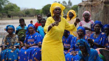 Die Zusammenkünfte der Kalebassengruppen sind ein Höhepunkt, der feierlich begangen wird. Dazu gehören auch Gesang und Tanz. | © Ousmane Kobar/ Fastenopfer