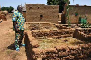 Mit nachhaltigen Methoden versucht Fastenopfer zusammen mit Partnerorganisationen vor Ort, in vielen Ländern die Produktivität der Kleinbauern zu steigern. Beispielsweise mit Kompostgruben, wie das Beispiel aus Burkina Faso zeigt. | © Annette Boutellier