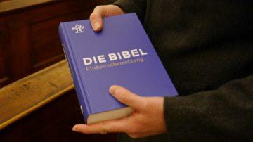 Daniel Moser zeigt das Firmgeschenk des Bistums Basel, eine Bibel. Das Leben Jesu ist Christen Beispiel und Grundlage für das Leben. | © Anne Burgmer