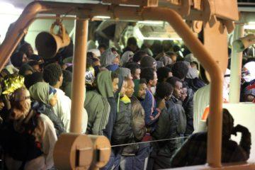 Bootsflüchtlinge aus Syrien, Eritrea und Somalia auf einem Marine-Schiff in Palermo. | © kna-bild