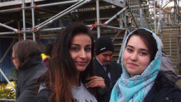 Die 23-jährige Roniban aus Syrien (links) kam mit ihren Geschwistern, aber ohne ihre Eltern in die Schweiz. Sudaba, die ihr Alter nicht öffentlich machen will, gelang die Flucht aus Afghanistan mit ihrer Familie. | © Andreas C. Müller