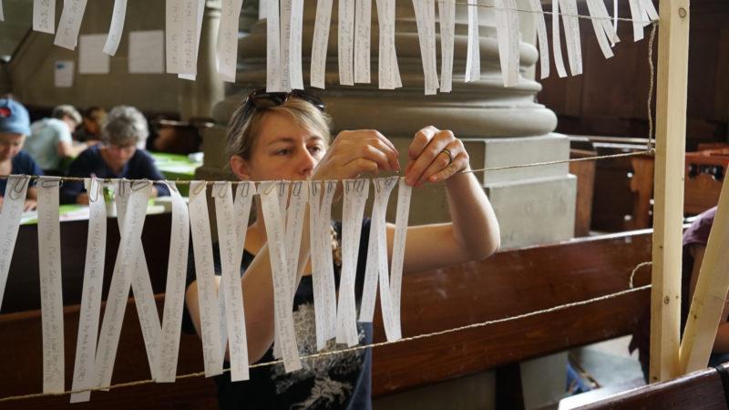 Vielerorten wurden die Namen von auf der Flucht Verstorbenen auf weisse Bänder geschrieben und aufgehängt. | © Vera Rüttimann