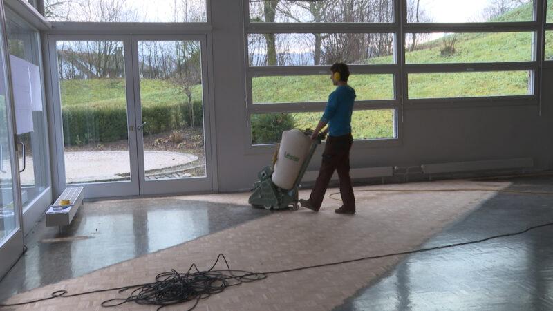 Sowohl im Propsteisaal wie auch im Speisesaal wurde der Boden abgeschliffen. Mit einem Klick aufs Bild gelangen Sie zum Video | © Marie-Christine Andres