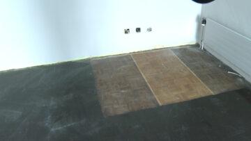 In einer Ecke finden sich drei Muster, die zeigen, wie man den Boden farblich neu gestalten könnte. | © Marie-Christine Andres