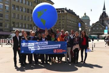 Aktivisten der Konzernverantwortungsinitiative werben für Ihr Anliegen in Bern. | zvg