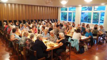 Gut gefüllter Saal im reformierten Kirchgemeindehaus Wettingen. | © Anne Burgmer