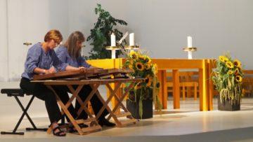 Musikalisch garniert wurden Gottesdienst und Essen durch die Zitherklänge im Duo. | © Anne Burgmer