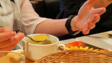 Vorspeise: Eine Currysuppe in sattem Gelb. Bereits begleitet von angeregten Gesprächen. | © Anne Burgmer
