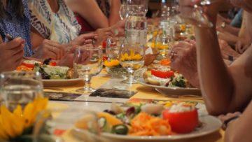 Hauptgang: Ein bunter Salatteller, und doch mehr als Salat. Dazu Austausch zur Tischrede von Kerstin Rödiger. | © Anne Burgmer