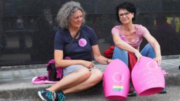 «Uns ist wichtig, dass es nicht nur um Frauen, sondern auch um Männer geht, die ihre Berufung nicht leben können», betonten diese beiden Frauen aus Aarburg-Rothrist beim Sitzstreik auf dem Schlossplatz. | © Anne Burgmer