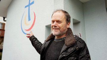Jürgen Wolf, Pastor der Baptistengemeinde Wettingen, vor «seiner» Kirche. In der Schweiz sind die Baptisten eine kleine Religionsgemeinschaft - es gibt nur 12 Gemeinden. In den USA hingegen stellen die Baptisten die grösste kirchliche Gruppe überhaupt.   © Vera Rüttimann
