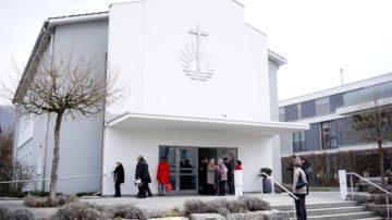 Die 1909 in Baden gegründete Gemeinde der Neuapostolischen Kirche wuchs so stark, dass sie nach Brugg und Baden hin aufgeteilt wurde. 1958 wurde in Wettingen das neue, in Weiss gehaltene Gotteshaus mit der markanten Front errichtet.   © Vera Rüttimann