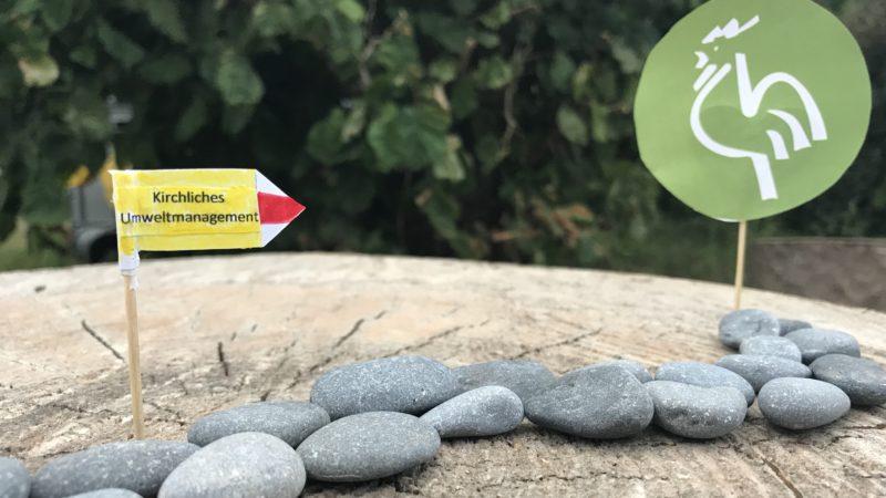 Der «Grüne Güggel» ist ein auf kirchliche Verhältnisse angepasstes Umweltmanagementsystem, das Kirchgemeinden bei der Verbesserung ihrer Umweltleistung hilft. In der Schweiz gibt es bereits 16 zertifizierte Kirchgemeinden, jedoch keine im Aargau. Nun gehen die römisch-katholische und die reformierte Kirche im Aargau mit gutem Beispiel voran. Die beiden Landeskirchen ermuntern ihre Kirchgemeinden, gemeinsam den Weg zum «Grünen Güggel» anzutreten. | © Marie-Christine Andres