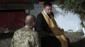 Ein Soldat beichtet bei einem katholischen Priester. Die Römisch-Katholische Kirche ist allredings in Russland eine Minderheit. | © Lucia Wicki-Rensch
