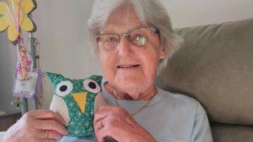 Hedwig Häfeli (95) wohnt im Alters- und Pflegeheim Unteres Seetal in Seon. Sie freut sich: «Es ist schön, dass an uns gedacht wird.» | © zvg