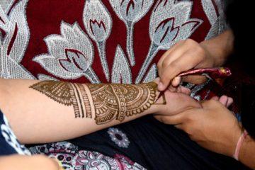 Waren Tätowierungen früher vor allem Zeichen einer Gruppenzugehörigkeit, gehören sie heute zum Mainstream. Allerdings wohnt ihnen noch immer eine Form des Bekenntnisses inne. Das Buch «Tattoo & Religion» spürt der Beziehung von Religion und Tattoos nach.  | © Rajesh Balouria,  pixabay.com