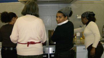 In der Pfarrei Brugg durfte Hora (Mitte) einen Äthiopisch-Kochkurs für Interessierte anbieten. Als Geschenk für ihren Einsatz ermöglichte die Pfarrei der Asylsuchenden den Besuch eines Deutschkurses. | © Iris Bäriswyl
