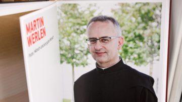 Auch Pater Martin Werlen erzählte dem Ehepaar Boss von seiner Kindheit, seiner Berufung und seinem verhängnisvollen Unfall. | © Marie-Christine Andres