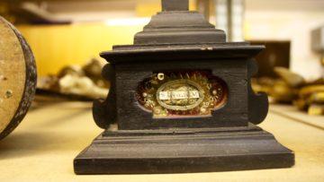 Eines der besonderen Stücke in der Devotionaliensammlung im Keller des Pfarreiheims der Pfarrei St. Verena in Bad Zurzach. | © Marie-Christine Andres