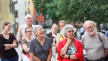 Die Teilnehmerinnen und Teilnehmer am Stadtrundgang «unten durch» mussten zwischendurch herzlich lachen, trotz des eigentlich ernsten Themas. | © Marie-Christine Andres