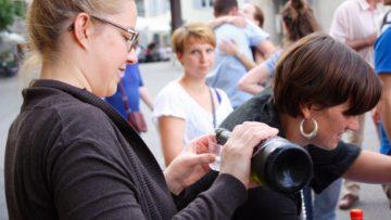 Beim Apéro auf dem Kirchplatz nahmen sich die Besucherinnen und Besucher gerne Zeit für eine Stärkung. Das soeben Gehörte und Erlebte gab Anlass zu Gesprächen. | © Marie-Christine Andres