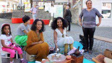 Der Kaffee schmeckte hervorragend: Die eritreische Kaffeezeremonie, deren Erlös an die Schweizerische Flüchtlingshilfe ging. | © Marie-Christine Andres