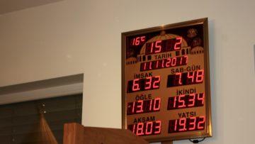 Die Uhr im Gebenstorfer Gebetsraum zeigt die Gebetszeiten an. | © Marie-Christine Andres