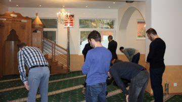 Die anwesenden Mitglieder der Islamischen Gemeinschaft Gebenstorf beim Gebet. | © Marie-Christine Andres