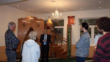 Halit Duran, Präsident des Verbands Aargauer Muslime, diskutiert mit Besucherinnen und Besuchern der Moschee in Gebenstorf. | © Marie-Christine