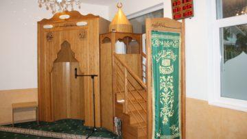 Im Gebenstorfer Gebetsraum liegt Mekka in Richtung der Ecke, die dem Eingang diagonal gegenüber liegt. Nahm man früher Kompass und Karte zur Hilfe, um die Gebetsrichtung zu bestimmen, ist es heute möglich, sie per App zu ermitteln. | © Marie-Christine Andres