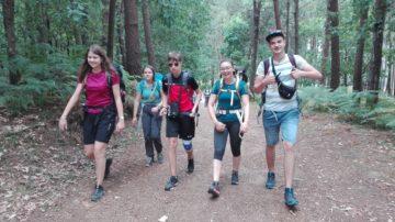 Unterwegs am zweiten Tag nach Cesantes - rund 19 Kilometer. Die Jugendlichen sind fröhlich unterwegs, es ist leicht bedeckt, darum auch nicht sehr heiss. | © Simon Hohler