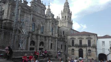 Viele Pilger vor der grossen Kathedrale in Santiago de Compostella. Wegen Bauarbeiten fand die Pilgermesse in der Nachbarskirche statt. | © Simon Hohler