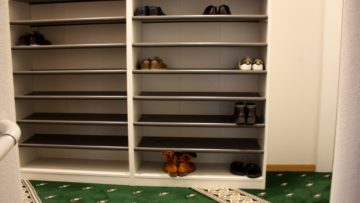Nur die Socken dürfen über die Schwelle. Eingangsbereich der Gebenstorfer Moschee. | © Marie-Christine Andres