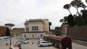 Das Staatsgebiet des Vatikans umfasst 44 Hektaren. Der kleinste Staat der Welt hat ein Spital, eine Post und früher auch einen Bahnhof, hier im Bild. Heute ist das Gebäude ein Einkaufszentrum. | © Marie-Christine Andres