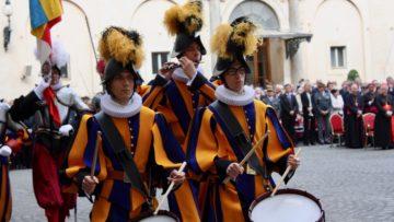 Musikalische Schweizergardisten: neben den Tambouren und dem Piccolospieler gab es Fanfarenbläser, Alphornspieler und Saxofonklänge.