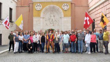 Die Wallbacher Delegation vor dem Denkmal für die gefallenen Gardisten im Ehrenhof des Gardequartiers. | © Marie-Christine Andres