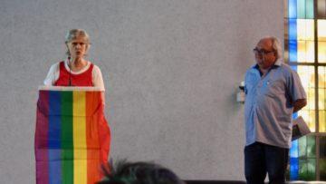 Rita Wismann-Baratto, Gemeindeleiterin der Pfarrei Heiliggeist in Suhr, begrüsst die Anwesenden. Kurt Adler (rechts) meinte: «Nicht allen passt, was wir tun. Doch der Gott, an den wir glauben, liebt die Menschen.» | © Marie-Christine Andres