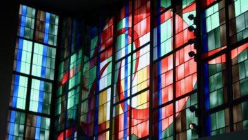 Auch die Fenster der Suhrer Heiliggeistkirche zeigen die Farben des Regenbogens. Ein stimmiger Ort für die Feier. | © Marie-Christine Andres