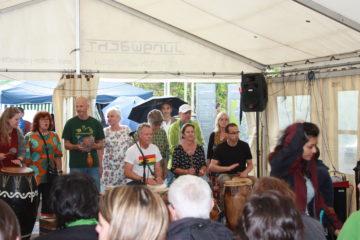 Trommelwirbel und Gesang empfangen die Besucherinnen und Besucher auf dem Bahnhofplatz Baden. Auch Zuversicht und Lebensfreude hatten am Flüchtlingstag einen wichtigen Stellenwert. | © Marie-Christine Andres