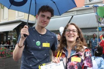 Gioia und Jonathan von der Amnesty International Gruppe Baden sammelten Unterschriften dafür, dass straffrei bleiben soll, wer Flüchtlingen hilft, die während der Flucht in Not geraten. | © Marie-Christine Andres