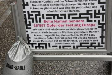 «Sichere Fluchtwege jetzt», forderte der Flüchtlingstag in Baden. | © Marie-Christine Andres
