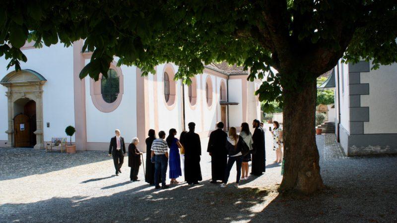 Eine international gemischte Delegation koptischer Christen begab sich am Dienstag, 16. Juli, nach Bad Zurzach ins Verenamünster. Zwei Reliquien der Heiligen Verena reisen mit ihnen zurück in die USA.   © Marie-Christine Andres