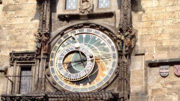 Die Prager astronomische Uhr ist heute eine der Hauptsehenswürdigkeiten der tschechischen Hauptstadt. Sie wurde nicht in einem Stück gebaut, sondern wuchs im Laufe der Jahrhunderte. Zusammen mit dem Altstädter Rathaus ist die astronomische Uhr ein nationales Kulturdenkmal und bildet einen unentbehrlichen Bestandteil des alten Prag. | © Marie-Christine Andres